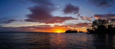 在海洋的日落奥梅特佩岛的在尼加拉瓜 库存图片