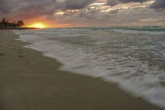 在海洋的日落,太阳,波浪,海滩 免版税库存照片