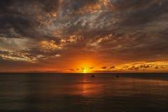 在海洋的橙色日落加勒比岛的 库存照片