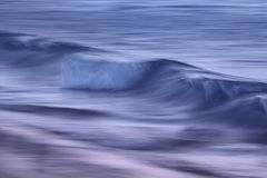 在海洋的波浪夺取了与一张缓慢的快门速度 免版税库存照片
