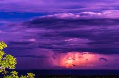 在海洋的照亮的风暴在晚上 雷电发生 图库摄影