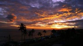 在海洋的紫色日落 免版税库存照片