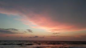 在海洋的绯红色日落 免版税库存图片