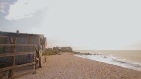 在海洋的被放弃的大厦,碰撞反对石头,干扰的海景的波浪 股票录像