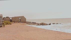 在海洋的被放弃的大厦,碰撞反对石头,干扰的海景的波浪 影视素材