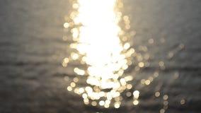 在海洋表面迷离抽象眨眼睛行动的阳光反射 股票录像