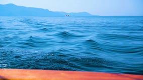 在海洋远航期间的豪华游艇滑车 股票视频