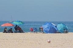 在海洋附近打开沙滩伞 免版税库存图片