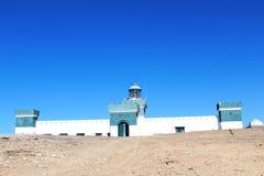 在海洋附近的一座非常老灯塔 库存图片
