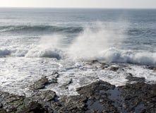 在海洋附近的大西洋异常分支灯塔 库存图片