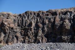 在海洋附近的岩石在特内里费岛海岛上 免版税库存照片