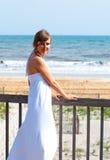 在海洋附近的美丽的女孩 图库摄影