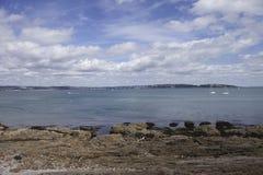 在海洋附近的brixham海岸德文郡 免版税库存图片
