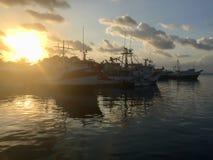 在海洋靠码头的船设置了反对日落 库存图片