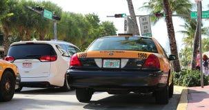 在海洋驱动迈阿密海滩的黄色出租车 影视素材