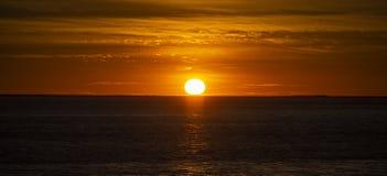 在海洋,法国上的大橙色日落 免版税库存照片