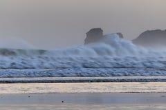 在海浪斑点的强有力的碎波在冬天早晨日出的hendaye,巴斯克国家,法国 库存图片