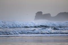 在海浪斑点的强有力的碎波在冬天早晨日出的hendaye,巴斯克国家,法国 库存照片