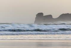 在海浪斑点的强有力的碎波在冬天早晨日出的hendaye,巴斯克国家,法国 免版税库存照片