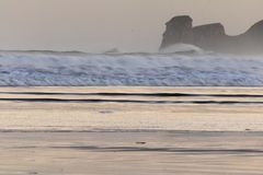 在海浪斑点的强有力的碎波在冬天早晨日出的hendaye,巴斯克国家,法国 免版税库存图片
