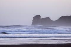 在海浪斑点的强有力的碎波在冷的冬天早晨日出的hendaye,巴斯克国家,法国 免版税库存照片