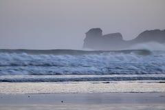 在海浪斑点的强有力的碎波在冷的冬天早晨日出的hendaye,巴斯克国家,法国 免版税库存图片