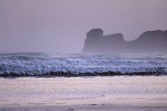 在海浪斑点的强有力的碎波在冷的冬天早晨日出的hendaye,巴斯克国家,法国 库存照片