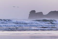 在海浪斑点的强有力的碎波在冷的冬天早晨日出的hendaye,巴斯克国家,法国 免版税图库摄影