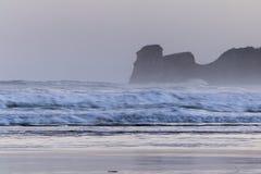 在海浪斑点的强有力的碎波在冷的冬天早晨日出的hendaye,巴斯克国家,法国 库存图片