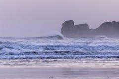 在海浪斑点的强有力的碎波在冷的冬天早晨日出的hendaye,巴斯克国家,法国 图库摄影