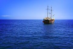 在海浪的传统游轮 免版税库存图片