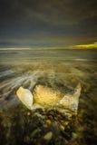 在海浪的冰在黄昏 库存图片