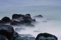 在海浪的岩石 免版税库存图片