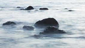 在海浪的岩石 库存图片