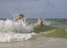 在海浪的母亲和女儿戏剧。 库存图片
