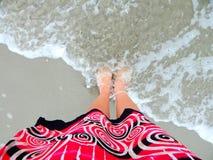 在海浪的脚 免版税库存图片