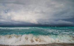 在海浪,在海洋的岸 免版税库存图片