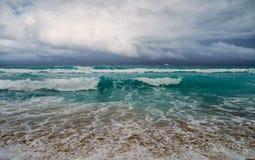 在海浪,在海洋的岸 免版税图库摄影
