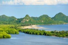 在海海岸线、海湾、海滩、石灰石峭壁、美洲红树森林和石灰石海岛的鸟眼睛视图 库存照片