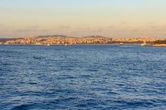 在海海岸线的美丽的景色在博斯普鲁斯海峡海峡, Ista 库存照片