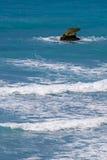 在海海浪的岩石 图库摄影