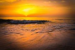在海海浪的金黄日出日落 免版税库存照片