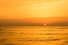 在海海浪的金黄日出日落 图库摄影
