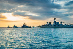 在海海湾的军事军舰 免版税库存照片