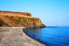 在海海湾的岸的岩石 俄罗斯,符拉迪沃斯托克 库存图片