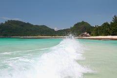在海海湾的波浪 白鹅Lazare, Mahe,塞舌尔群岛 免版税库存图片