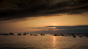 在海海湾的渔船剪影在日落在越南 股票视频