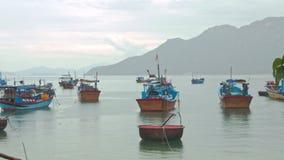 在海海湾的渔船反对小山在越南 股票视频