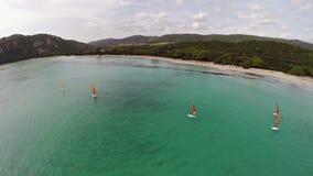 在海海湾的飞行与冲浪者在法国,可西嘉岛,圣诞老人朱莉娅海滩 鸟瞰图 影视素材