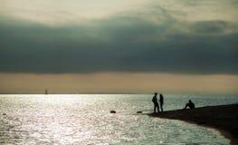 在海海湾,坐的人们的波浪的游艇航行  库存图片
